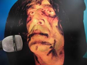 Heeft Jaz Coleman (Killing Joke) wel een microfoon nodig?
